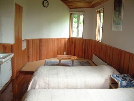 和洋室 花梨の床、赤松の腰壁、杉の天井など無垢材のハーモニー