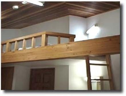 洋室A+ロフトBed 花梨の床、赤松の腰壁、杉の天井で清潔