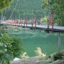 徒歩3分のところにある吊り橋