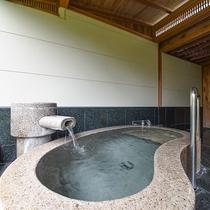 *露天付客室ではこんこんとあふれる温泉でまったり。