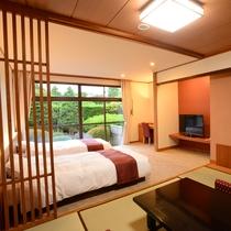 *【和洋室/1階_例】移りゆく四季を感じられる中庭に面したツインベッド+和室のお部屋