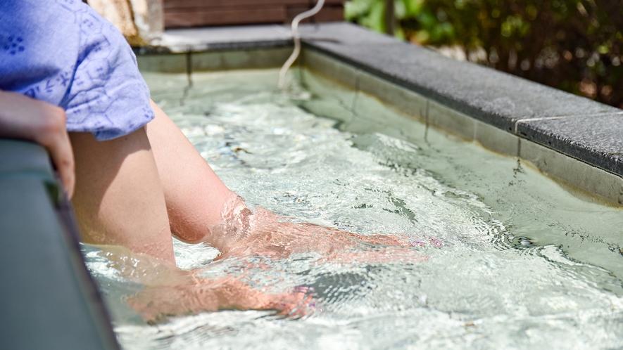 *【足湯】お庭の緑を楽しみながら、ごゆっくりお過ごしいただけます。