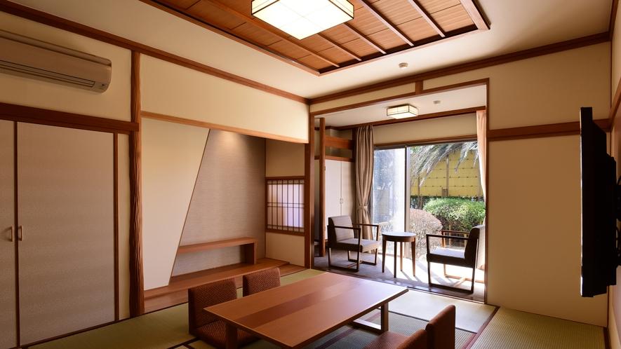 *客室一例/和室10畳+ツインベッドを備えた半露天風呂付き和洋室