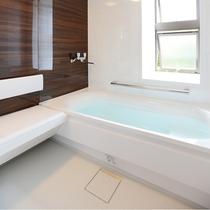 *【和洋室_例】手すりや腰掛などに配慮したユニバーサルデザインの浴室で、天然温泉をお楽しみください。