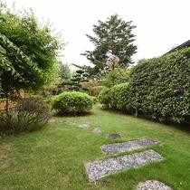 *露天付客室に併設の庭園がございます。緑に囲まれた中でヨガや体操なんていかがでしょうか?