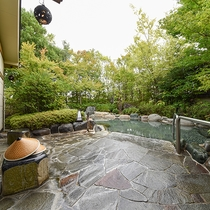 *露天風呂・緑に囲まれた露天風呂も源泉100%かけ流しでございます。