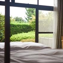 *和洋室・窓からはお庭の緑をお楽しみいただけます。