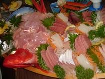 舟盛り・4名様盛り付け例・美味い稲取金目鯛とバラエティーに富んだ新鮮刺身の舟盛りはボリューム満点