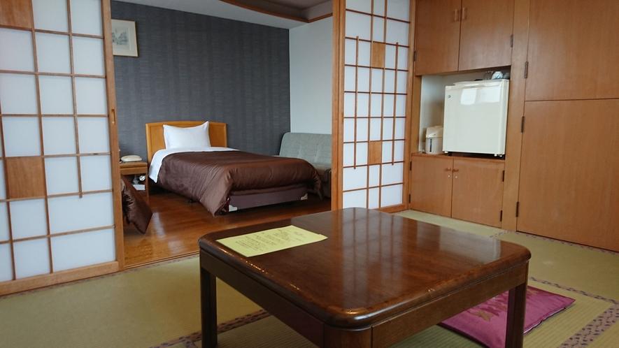 ツインベッドに6畳の和室を備えたコンビネーションルームです。