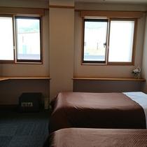窓から白馬三山とゲレンデの大パノラマが一望できるツインルームです。