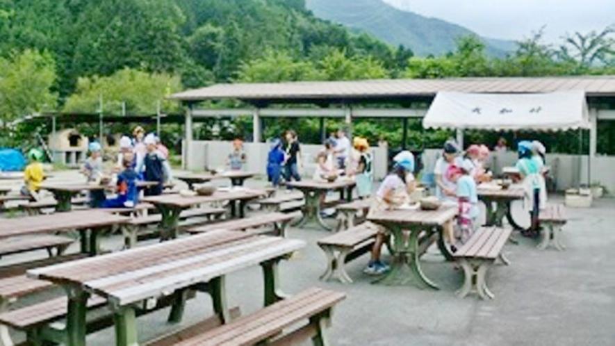 *野外炊飯場20個のかまどがあり、雨天でも利用可能です。鍋・食器等の器材は完備してあります。