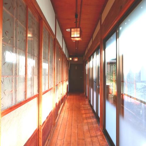 本館館内 三部屋分のつなぎ目の無い廊下