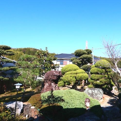 お部屋からは四季の景色を感じる庭園を望むことが出来ます