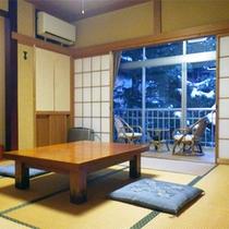 *和室一例/広さは8畳〜10畳、窓から明るい光の差し込む純和風のお部屋です。