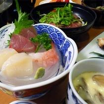 *スタンダード夕食一例/近海で獲れた新鮮な海の幸も並びます!