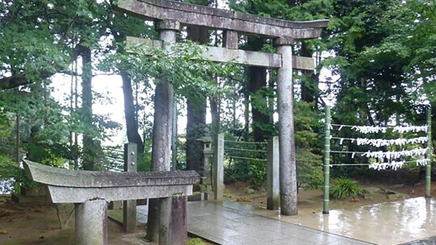 *【周辺観光】旦飯野(あさいいの)神社/「この神社と縁を結びたい」と半分だけ寄贈された石の鳥居。
