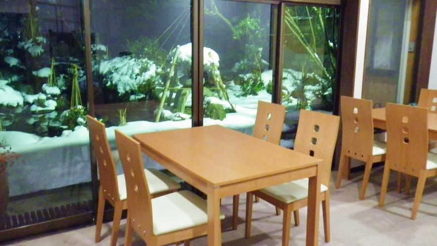 *お食事処/2013年改装!綺麗で快適な空間で、中庭を眺めながらお食事をお楽しみ下さい。