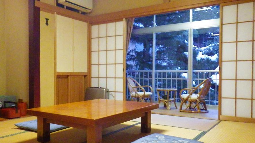 *和室一例/広さは8畳~10畳、窓から明るい光の差し込む純和風のお部屋です。