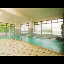 溢れる湯量の広い大浴場