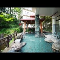 【露天風呂】湯量豊富な天然温泉は露天風呂も広々とご入浴できます