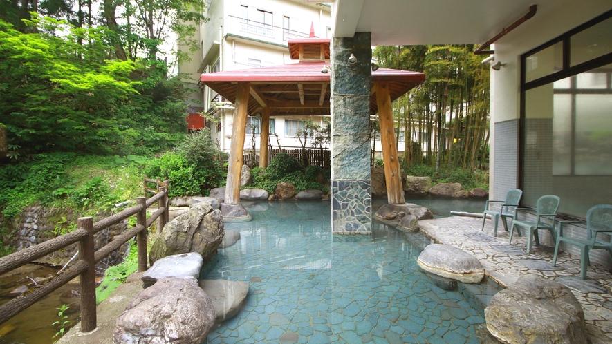 湯量豊富な天然温泉は露天風呂も広々とご入浴できます