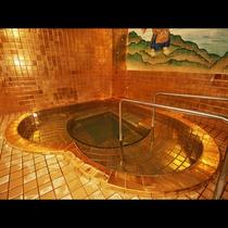 【黄金風呂】遊び心あるハートの浴槽は子宝の湯ならでは