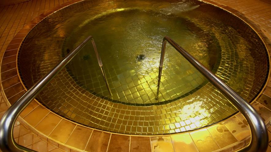 むかし金鉱山があった名残で金を豊富に使った黄金風呂が出来ました