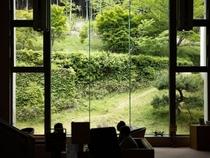 窓からの景色はまるで絵画♪ 広々ラウンジ