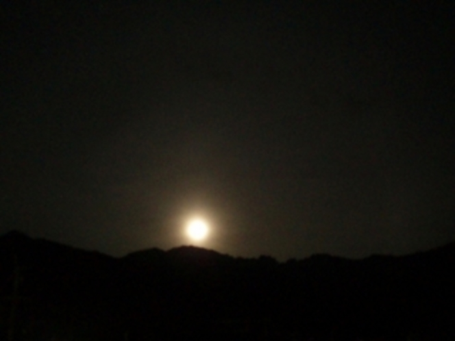 永田岳山頂に上る月  〜窓より撮影〜