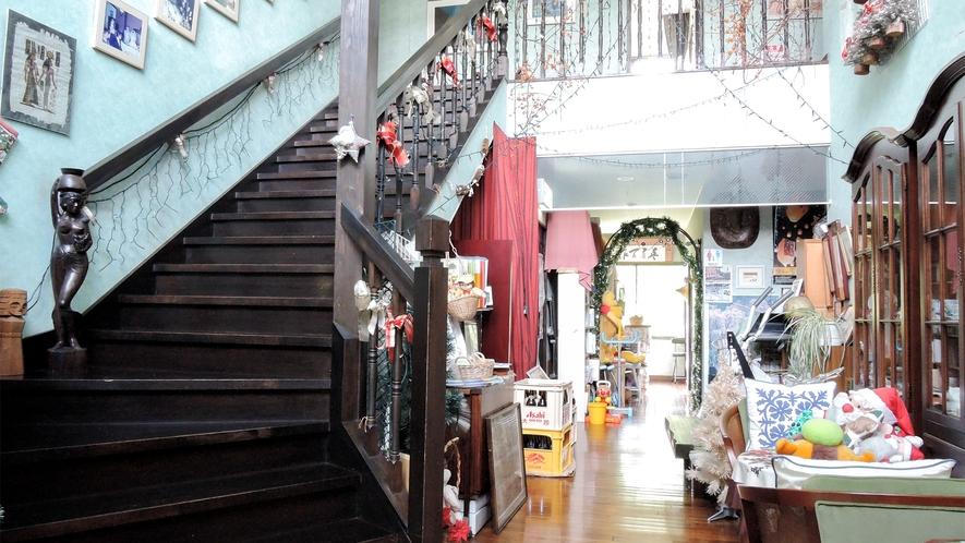 *【館内/廊下】クウェートなど諸外国の民芸品を展示しております。