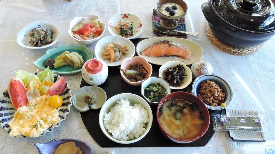 *【朝食/和食一例】品数豊富な朝ごはんでパワーチャージ♪