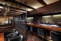 【バー グラナダ】スペイン調の重厚な装飾の店内で、銘酒の数々を味わえるホテルのメインバー。