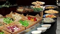 【オールデイダイニング カザ】サラダ、おばんざいコーナー