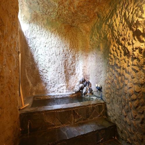 ☆幻想的な洞窟風呂。空いていればいつでも貸切で利用いただけますのでプライベートな時間を!