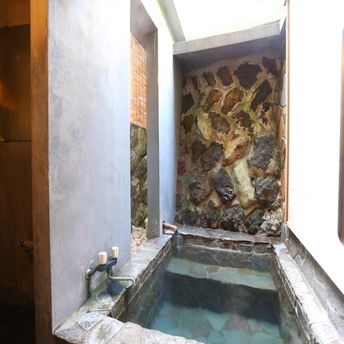 ☆半露天の無料貸切風呂。空いていればいつでも星空を見ながらごゆっくりお入り下さい。