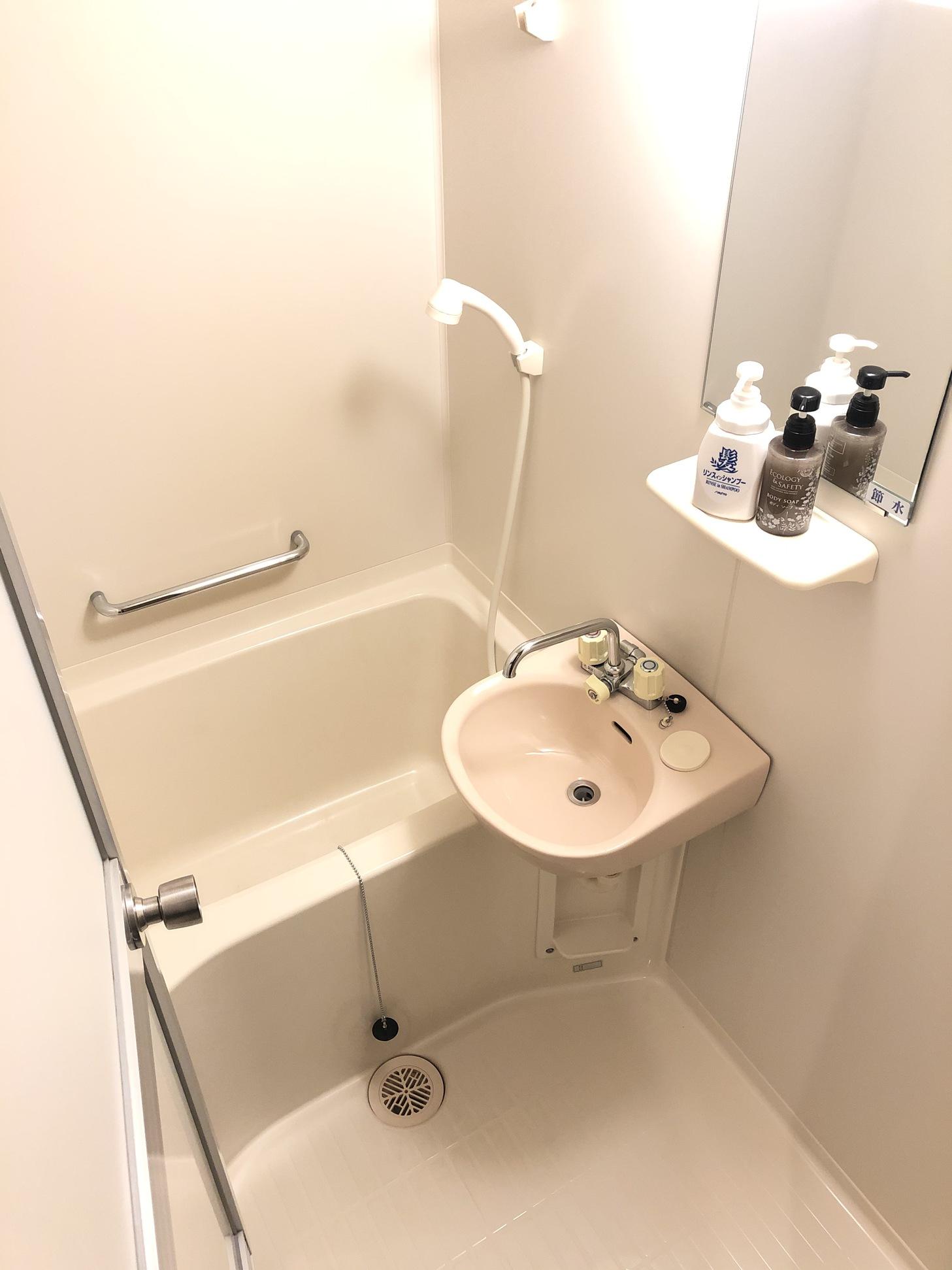 バス・トイレ付き個室のお風呂(ボディソープ、リンスインシャンプーを備えています