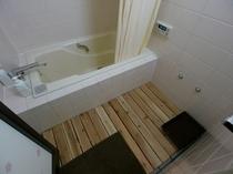 【共用のバスルーム】 ※ボディソープ、リンスインシャンプーを備えております。