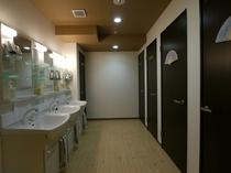 【共用の洗面、シャワールーム】 バストイレ共用のお部屋にお泊りの方は共用の洗面所をお使い下さい。