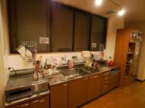 【共用のキッチン】 調理道具、お皿、スプーン、フォーク、お鍋、フライパンなど全てございます。