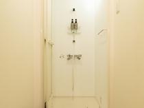 【共用のシャワー室】(リンスインシャンプー、ボディソープ有り)