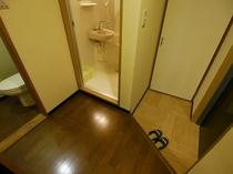 【個室の廊下】 バス・トイレ付きの個室は、バスとトイレがセパレートです♪