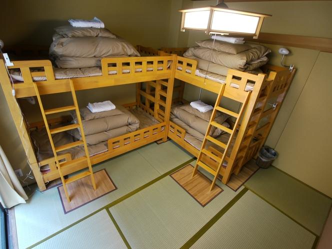 男女共用ドミトリー(4人部屋)同階に共用シャワー・洗面・トイレ有り