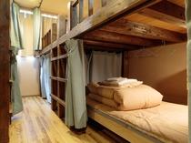 男女共用ドミトリー(8人部屋)同階に共用シャワー・洗面・トイレ有り