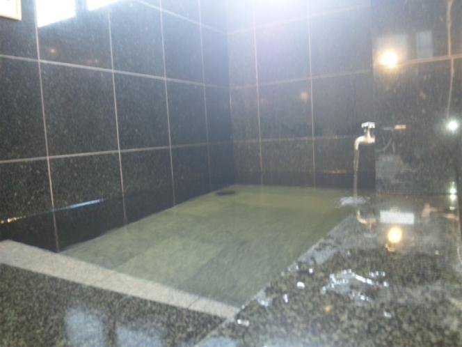 【水風呂】約2m×1mの大き目の水風呂。サウナの後に全身でクールダウン♪