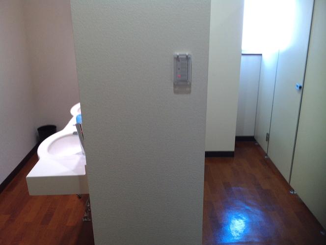 【男子トイレ】アウトバスあるのフロアの男子トイレ。左が洗面所。女子トイレは同フロアに別に御座います。