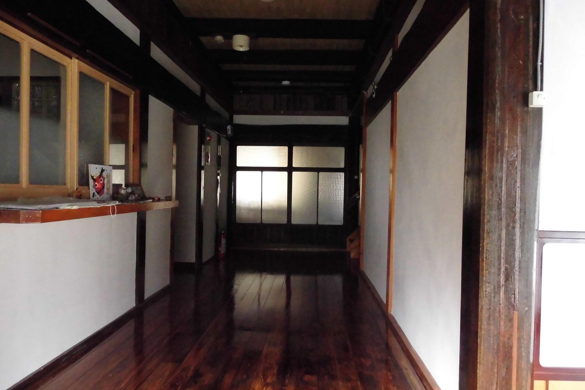 玄関入ったところの正面廊下