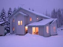冬、建物もパウダースノーに覆われます
