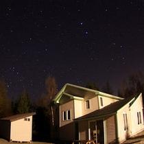月のない晴れた夜、空いっぱいの星たちが遊基地を包みます。