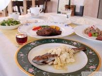 夕食特別コース。メインが2皿(肉&魚)と、サブオードブル・食前酒が加わります。