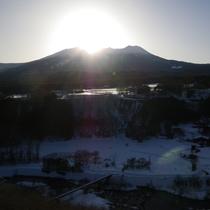 *[近隣風景/御嶽山(冬)]雪化粧した御岳山から登る日の出。しんとした静けさが気持ちいい瞬間です。